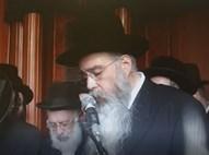 הרב שפירא מקריא  את הצוואה במסע הלוויה
