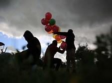 צעירים פלסטיניים משגרים בלון תבערה מרצועת עזה