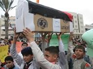 """תלמידים פלסטינים מפגינים נגד צה""""ל"""