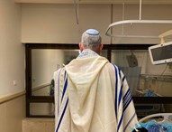 בני גנץ בחדרו בבית החולים