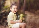 ילד עם אננס בצילום
