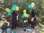 פלסטינים מפריחים בלונים מהרצועה