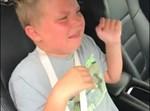הילד בוכה ברכב