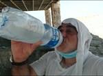 כרמלי שותה מים קרים