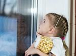 ילדה מביטה בחלון