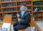 """ר' יוסף לוי ז""""ל בפינתו בבית הכנסת תולדות אברהם יצחק"""