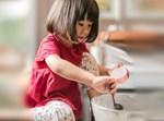 ילדה מבשלת