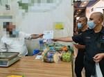 שוטרים אוכפים את הנחיות הקורונה