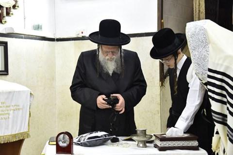 הרבי ממודז'יץ בהנחת תפילין לנכדו