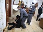"""שוטרים מפנים מתפללים מציון הרשב""""י"""
