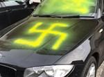 צלבי קרס על מכונית בקינגסווד - בריסטול