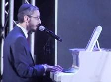 שמחה פרידמן מלווה את עצמו בפסנתר