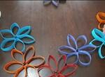 יצירת שרשרת פרחים צבעונית מגלילי נייר