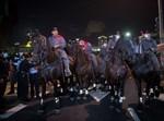 """שוטרים בהפגנת השמאל בת""""א"""