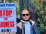 נחי ווייס וחבריו מחוץ לשגרירות ישראל בלונדון