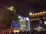 חרדים מפגינים נגד סגירת בתי כנסת עם דגלי טראמפ