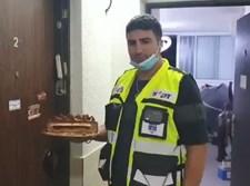 """מתנדב זק""""א עם העוגה"""