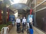 מתנדבי הארגון עם הבעלים בתחנת המשטרה