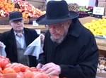 """הגאון רבי דוד פיינשטיין זצ""""ל בקניות לשבת"""