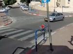 הפעוטה חוצה את הכביש
