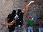 פלסטיני מיידה אבן בי-ם/אילוסטרציה