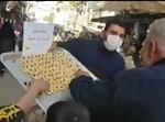 מחלקים ממתקים בסוריה