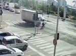 המשאית פוגעת ברוכב האופניים