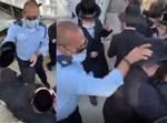 הקצין מכה את המפגינים החרדים