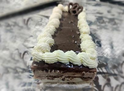 עוגת ביסקוויטים חלבית בשני צבעים