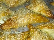משולשי דפי פילו במילוי גבינות