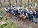 ילדים פולנים מנקים בית קברות יהודי