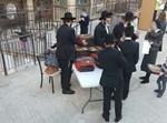 התושבים מקבלים פיצות מתנת עיריית ירושלים