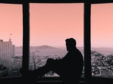 מביט בחלון
