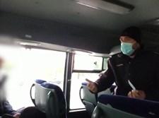 השוטר נותן דוח לנוסע
