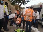 כוחות ההצלה מטפלים בנער שנפצע