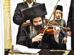 הרבי מזוטשקא מנגן בכינור