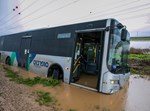 אוטובוס שנתקע בתוך שלולית גשמים