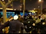 השוטר חובט במפגין