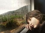 ילד מביט בחלון