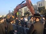 שוטרים מונעים את כניסת המפגינים
