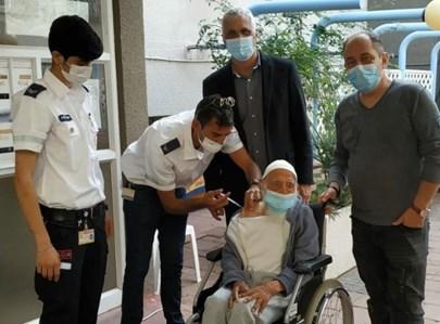 חסן אהרון, בן ה-106 מתחסן