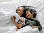 לדים צוחקים במיטה