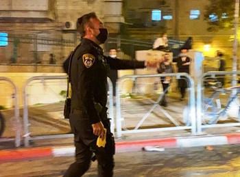 """שוטר אוחז טייזר במא""""ש"""