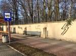 צלב קרס על שער בית הקברות באושוויץ