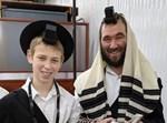 """הרב יהודה דוקס ז""""ל עם בנו מנדי בן ה-13"""