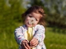ילדה עם פרח