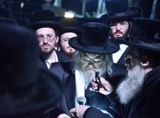 הרבי מבעלזא בהלווית רבי סנדר פריד