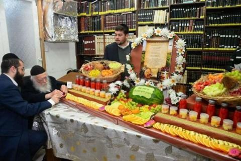 """מגשי פירות על שולחן הגר""""ח קנייבסקי"""
