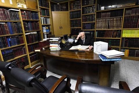 הרב לאו לומד בביתו