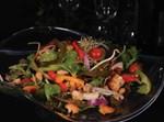 סלט חזה עוף לוהט במרינדה אסיאתית, על מצע ירקות עשיר